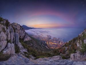 Niebla a la salida del sol sobre el Principado de Mónaco