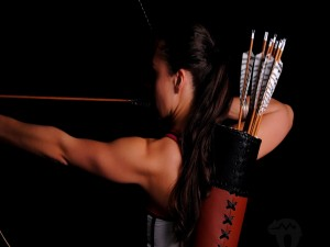 Mujer practicando tiro con arco