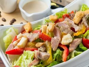 Apetitosa ensalada con carne y verduras