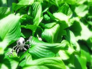 Robot entre las hojas verdes