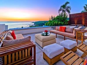 Relajante living al aire libre frente al mar