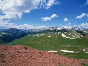 Restos de nieve en prados y montañas
