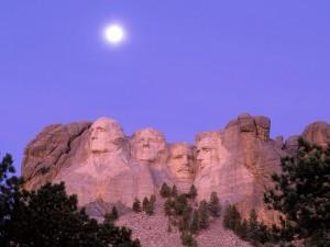 Luna sobre el Monumento Nacional Monte Rushmore (Dakota del Sur, Estados Unidos)