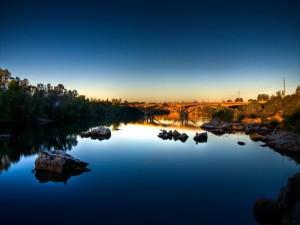 Cielo reflejado en el agua del río