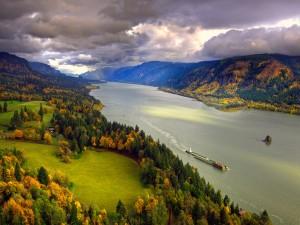 Bello paisaje otoñal junto al río