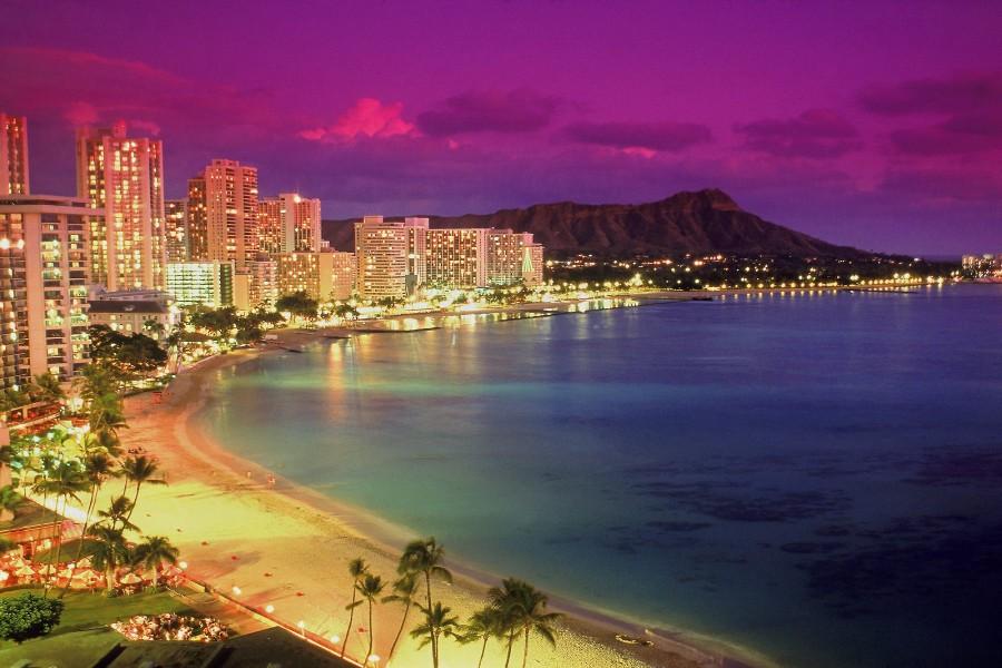 Playa iluminada en Waikiki (Hawái)