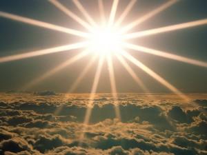 Radiante sol sobre las nubes