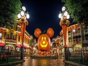 Plaza adornada para festejar la noche de Halloween