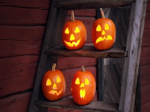 Cuatro calabazas de Halloween en unas escaleras
