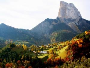 Un pueblo entre montañas visto en otoño