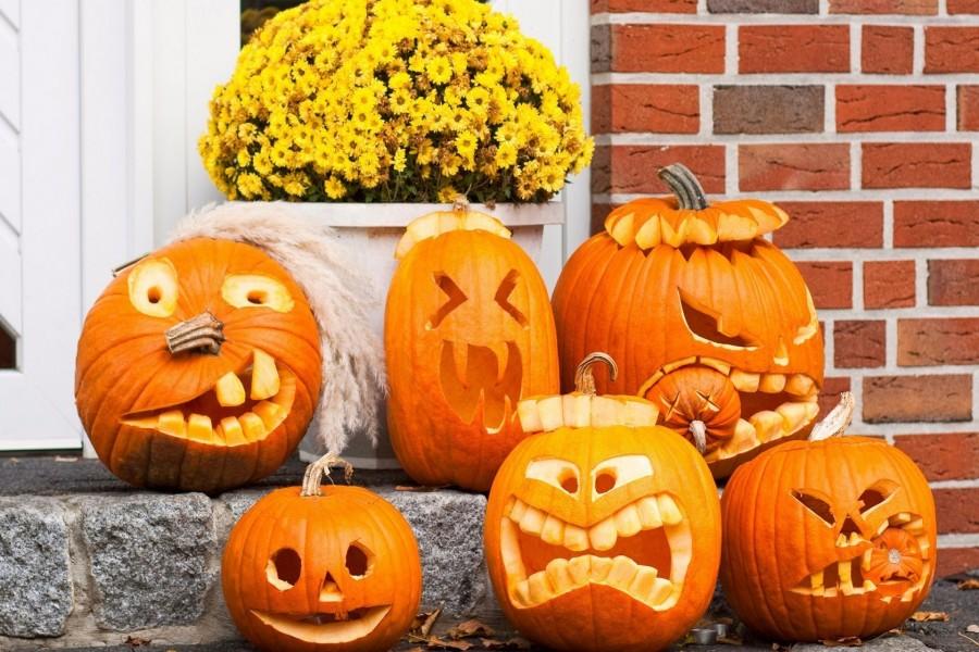 Calabazas para Halloween adornando una casa