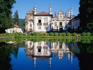 Palacio de Mateus reflejado en el agua (Portugal)