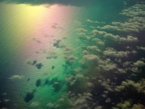Cielo y nubes reflejados en el mar