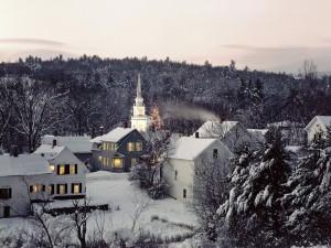 Pequeño pueblo cubierto de nieve
