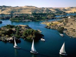 Barcos navegando por el río Nilo (Egipto)