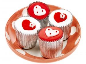 Deliciosos cupcakes decorados con corazones