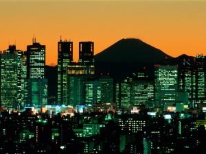 El Monte Fuji tras la ciudad de Tokio (Japón)