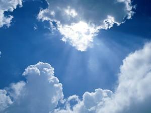 Sol brillando entre las nubes