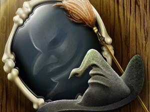 Bruja mirándose al espejo en la noche de Halloween
