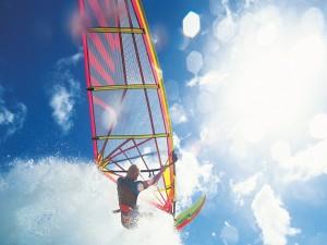 Practicando windsurf en un día de sol
