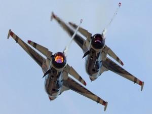 F-16 Falcon volando en equipo