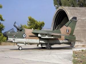 A-7 Corsair II cerca del hangar