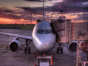 Avión en pista al amanecer