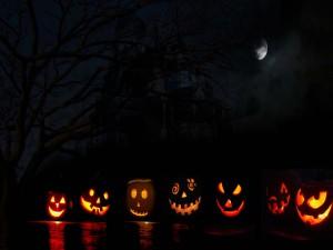 Calabazas iluminadas en una oscura noche de Halloween