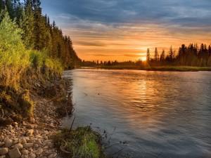 Maravillosa puesta de sol sobre el río