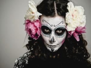 Mujer maquillada para el Día de Muertos