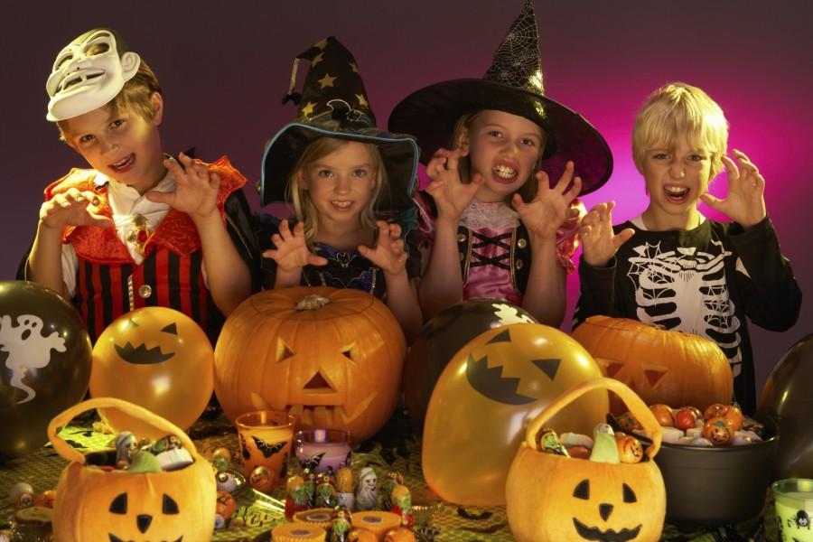 Niños divirtiéndose en una fiesta de Halloween