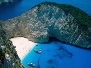 Barcos en Bahía Navagio (Islas Jónicas, Grecia)