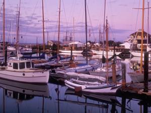 Barcos en puerto al amanecer