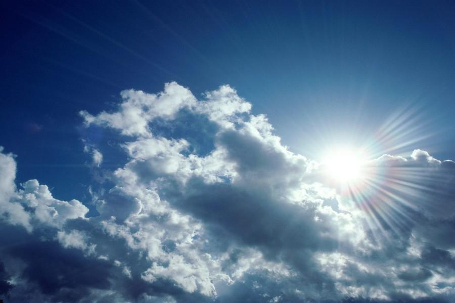 Sol brillando entre nubes