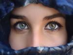 Bellos ojos de una mujer con velo