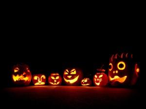 Unas calabazas iluminadas en la noche de Halloween