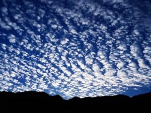 Pequeñas nubes cubriendo el cielo