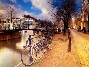 Bicicletas junto a un canal de Ámsterdam