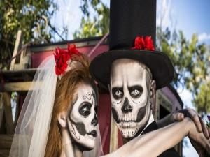 """Pareja maquillada para el """"Día de Muertos"""""""