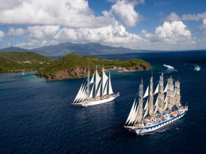 Veleros navegando cerca de una isla