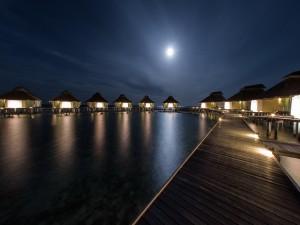 Luna iluminando un centro turístico en las islas Seychelles