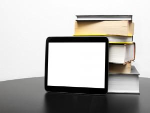 Libros y una tablet sobre una mesa