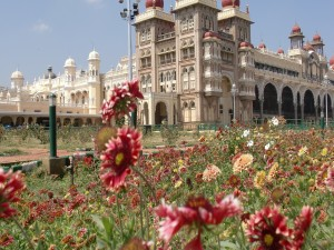 Flores frente al Palacio Real de Mysore (India)