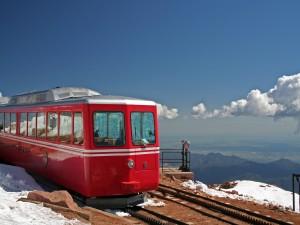 Tren de pasajeros en las montañas nevadas