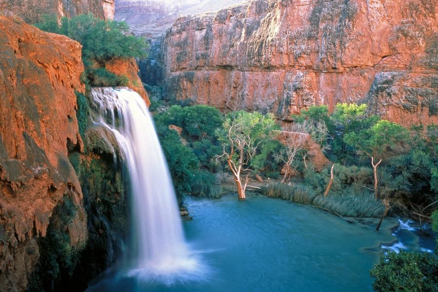 Hermosa cascada en un cañón