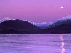 Luna sobre el agua y las montañas