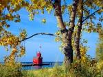Faro rojo en el muelle