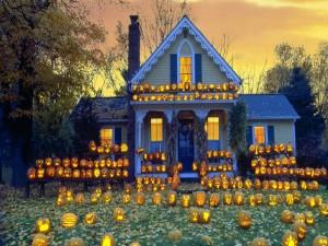 Casa adornada con calabazas para festejar Halloween