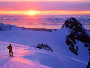 Hombre contemplando el amanecer en la montaña