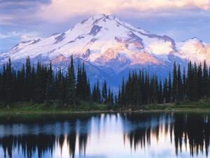 Hermosa montaña junto a un lago
